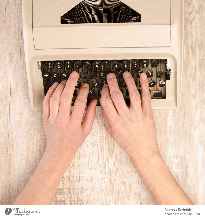 Schreiben Büroarbeit retro Inspiration typewriter writing altehrwürdig old Hintergrundbild nostalgia creative press Journalist story literature man machine