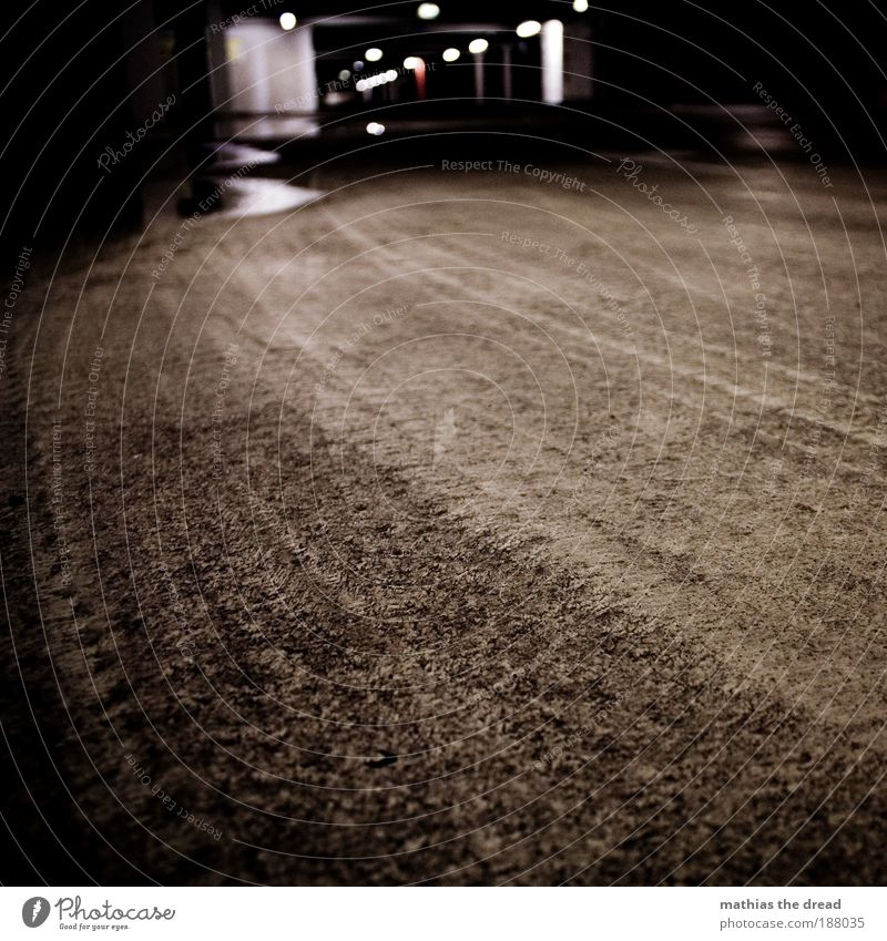 GIB GUMMI Menschenleer Parkhaus Bauwerk Gebäude Architektur Straßenverkehr Autofahren dunkel kalt Bodenbelag Asphalt Spuren Gummi Reifenspuren Reifenprofil