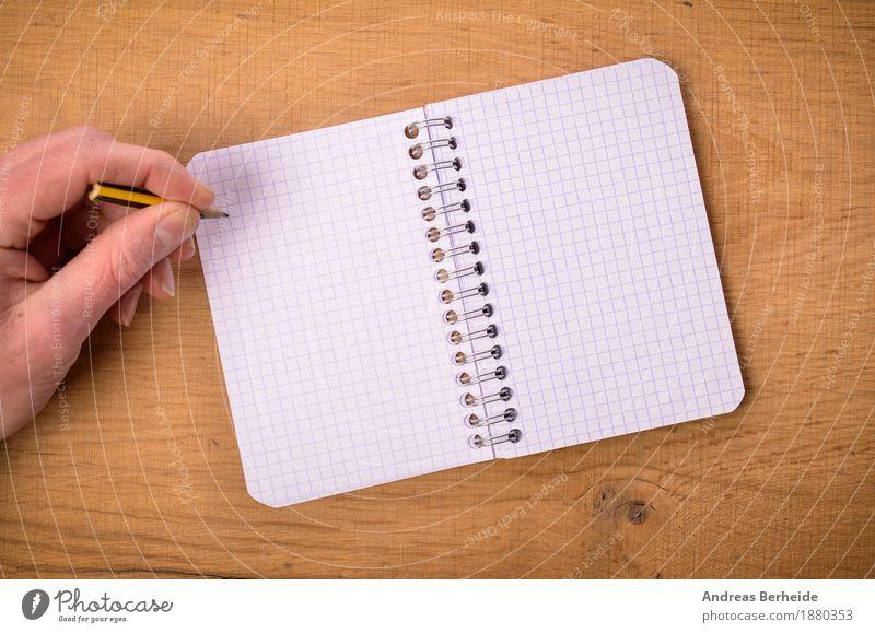 Notizzettel Büro Business Notebook Hand Musiknoten schreiben paper writing open left table Hintergrundbild write female author writer pencil document reminder