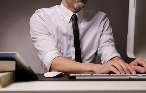 Büroarbeit Business Computer Internet Mensch Mann Erwachsene 30-45 Jahre Arbeit & Erwerbstätigkeit Geschäftsmann online table technology typing working using