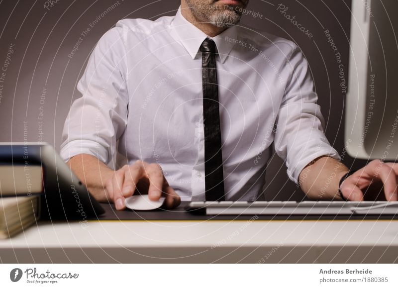 Im Büro Business Computer Internet Mensch Mann Erwachsene 30-45 Jahre Krawatte Arbeit & Erwerbstätigkeit Erfolg Geschäftsmann online table technology typing
