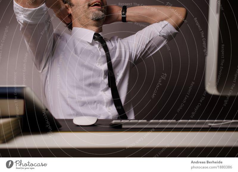 Pause Mensch Erholung Erwachsene Business Büro Computer Internet Geschäftsmann Krawatte Büroarbeit clever 30-45 Jahre