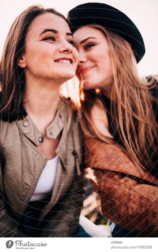 Glückliche Jugendlichmädchen des besten Freunds, die draußen umfassen Lifestyle Stil Freude Freiheit Junge Frau Jugendliche Erwachsene Schwester 13-18 Jahre