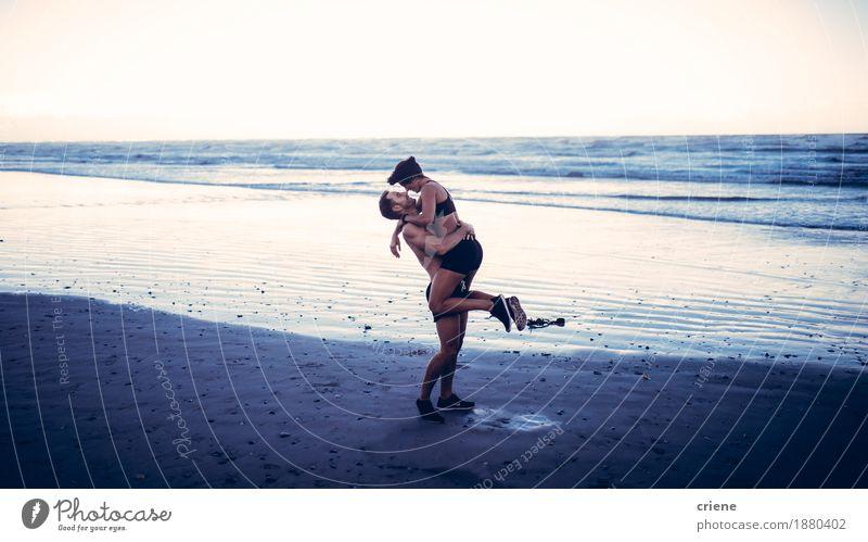 Jugendliche Junge Frau Junger Mann Freude Strand Liebe Lifestyle Sport Paar Zusammensein Freizeit & Hobby Wellen Körper Lächeln Fitness niedlich
