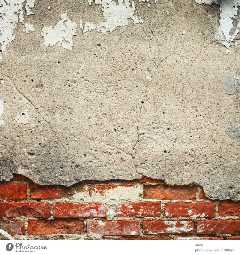 Steinbruch Haus Hausbau Renovieren Kunst Kunstwerk Mauer Wand Fassade Beton alt authentisch dreckig kaputt grau rot stagnierend Traurigkeit Verfall
