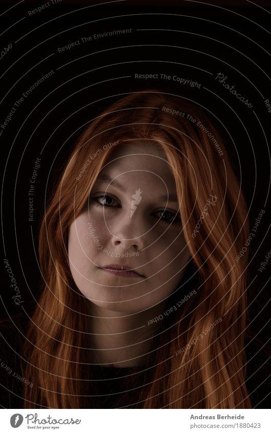 Traurig Mensch feminin Junge Frau Jugendliche 1 13-18 Jahre Traurigkeit schön dünn Gefühle Sorge Liebeskummer Einsamkeit Farbfoto Studioaufnahme Low Key Porträt
