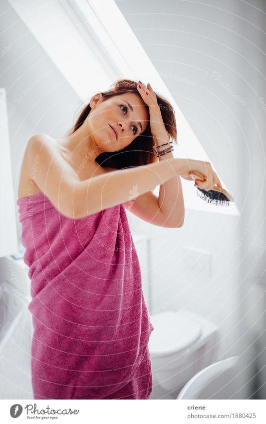 Frau schön Gesicht Erwachsene Lifestyle Gesundheit feminin Haare & Frisuren rosa hell Häusliches Leben Körper Wellness Bad Wohlgefühl Spiegel