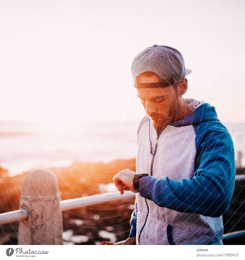junger erwachsener Mann, der Mitteilung auf seiner intelligenten Uhr überprüft Computer Bildschirm Hardware Technik & Technologie High-Tech Telekommunikation