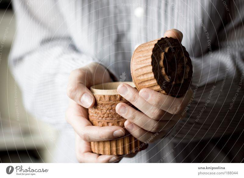 schatz Glück sparen schön Haut Arme Hand Finger 1 Mensch 18-30 Jahre Jugendliche Erwachsene Verpackung Paket Schalen & Schüsseln Souvenir Sammlung Holz berühren