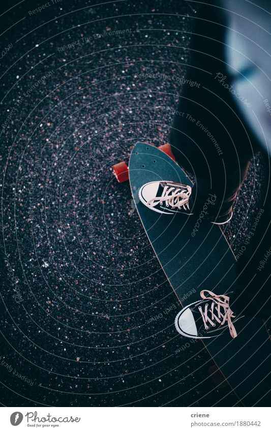 Nahaufnahme des Mannes stehend auf seinem longboard auf Beton Lifestyle Stil Freude Freizeit & Hobby Sport Junger Mann Jugendliche Verkehr Fußgänger Straße