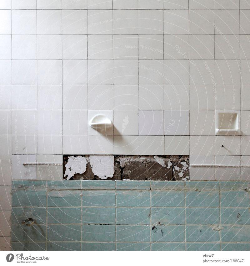 formal. alt Einsamkeit dunkel kalt Wand Stein Mauer Linie Raum dreckig Beton Fassade Ordnung Bad Dinge authentisch