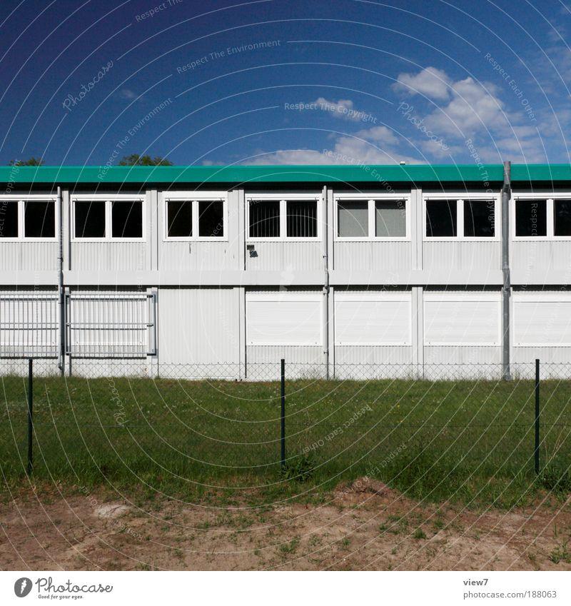 Haltbarkeit Provisorium Haus Industrieanlage Mauer Wand Fassade Fenster Dach Dachrinne Metall Zeichen Linie Streifen dunkel authentisch eckig einfach groß