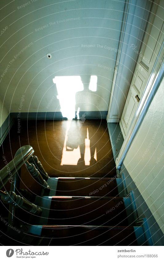 Warmstart Treppe Treppenhaus Niveau Treppenabsatz Tür Flur Obdachlose Wohnungssuche Häusliches Leben Haus Besucher Mieter Vermieter Schatten Geländer