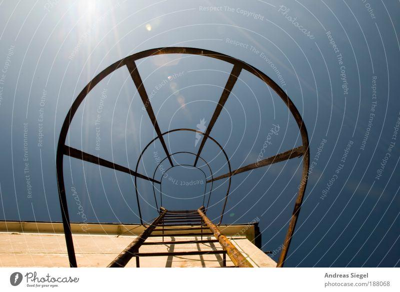 Hochstart Wolkenloser Himmel Sonne Haus Bauwerk Gebäude Architektur Mauer Wand Fassade Dach Leiter aufsteigen Stein Metall alt anstrengen Entschlossenheit hoch
