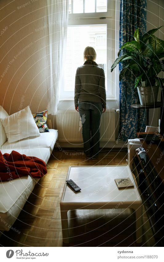 Ausblick Frau Jugendliche ruhig Einsamkeit Leben Fenster träumen Möbel Raum Perspektive Erwachsene Wohnung Mensch Zeit Tisch Lifestyle