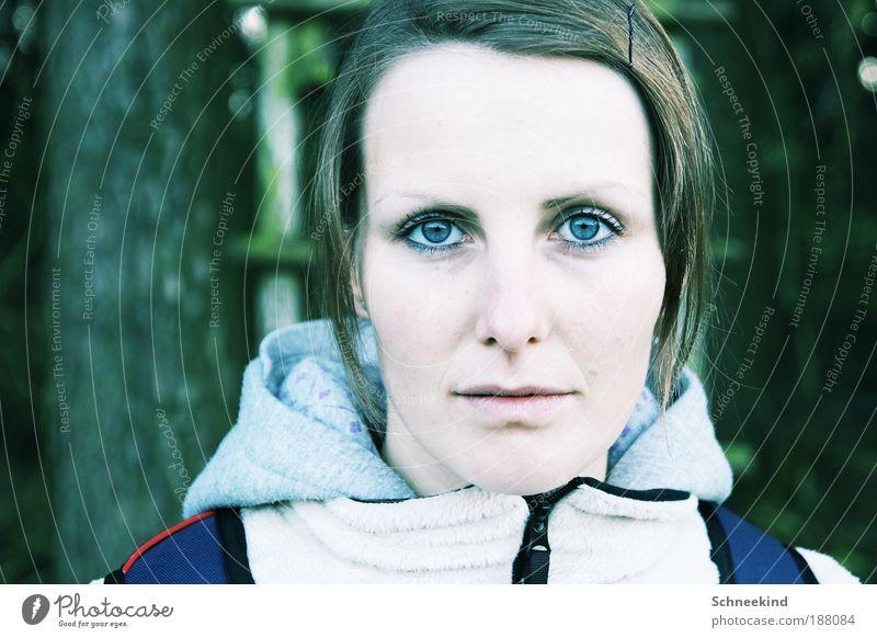She! feminin Junge Frau Jugendliche Erwachsene Partner Leben Kopf Haare & Frisuren Gesicht Auge Nase Mund 18-30 Jahre beobachten schön blau bleich Haarspange