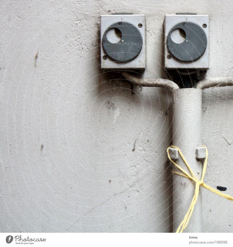Viertel's Blick ins neue Jahr Wand grau Mauer Elektrizität Kabel Schnur Kunststoff Putz Befestigung Turnen Klappe Halterung Verteiler Spagat Verteilerdose