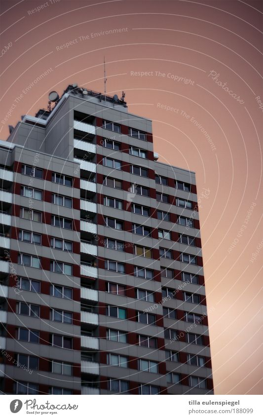 noch vom Chamandeux übrig. Stadt Haus dunkel Berlin Fenster Wohnung groß Hochhaus Fassade trist authentisch bedrohlich einfach Häusliches Leben Balkon