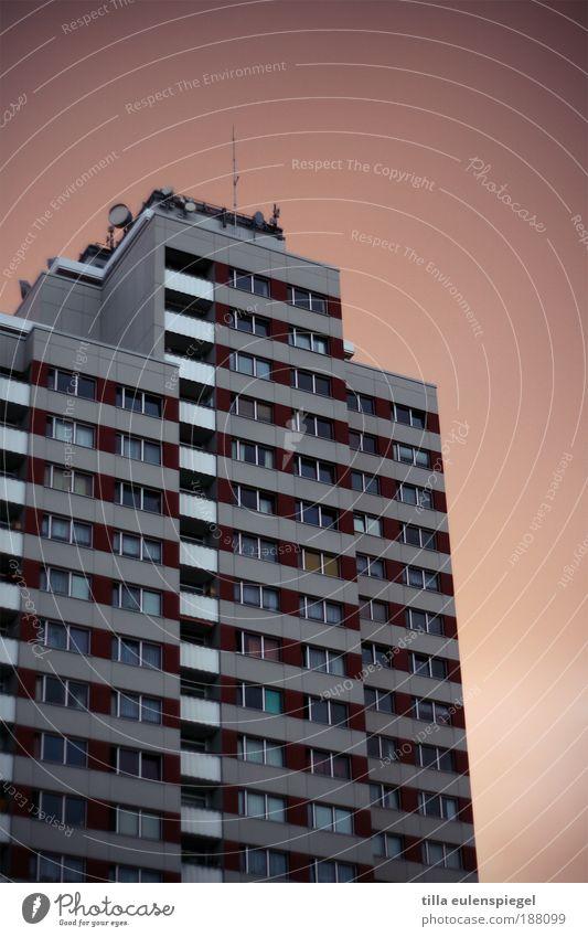 noch vom Chamandeux übrig. Stadt Haus dunkel Berlin Fenster Wohnung groß Hochhaus Fassade trist authentisch bedrohlich einfach Häusliches Leben Balkon Hauptstadt