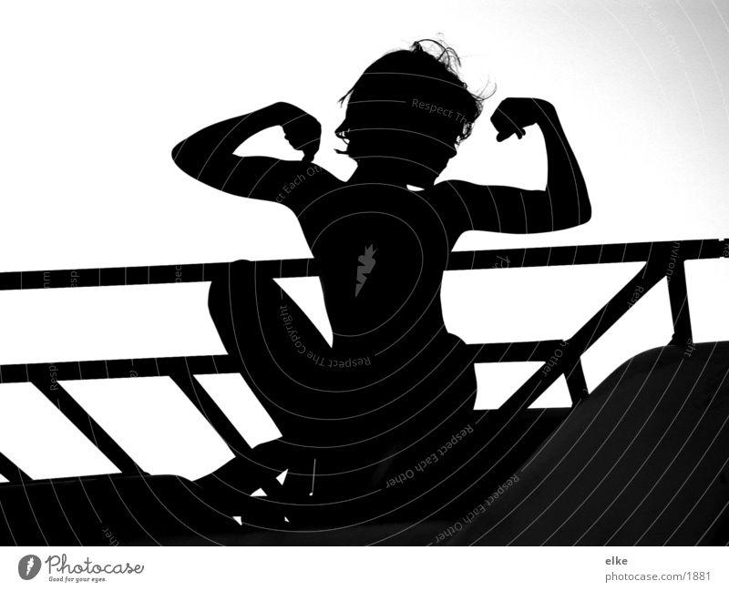 stark und gross Kind Mädchen Mensch sitzen Schwarzweißfoto Silhouette Körper Angeber Vor hellem Hintergrund Kinderoberkörper