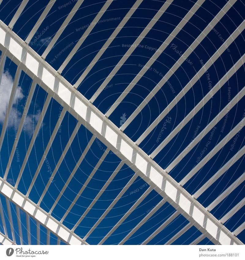 Auf Streife Palma de Mallorca Terrasse Garten Grill Linie Schatten Schattenspender Schutz Wetterschutz Geometrie geordnet aufräumen Wolken Himmel himmelblau