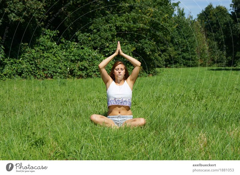 Yoga auf der Wiese Mensch Frau Natur Jugendliche Sommer Junge Frau Landschaft Erholung ruhig 18-30 Jahre Erwachsene Frühling Lifestyle Sport Gras