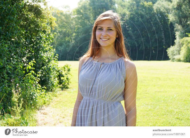junge Frau im Park Mensch Natur Jugendliche Sommer Junge Frau Baum Landschaft 18-30 Jahre Erwachsene Wärme Wiese Lifestyle Gras feminin lachen