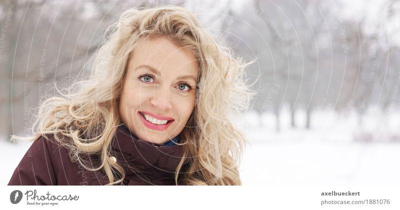 blonde Frau in Winterlandschaft Mensch Natur Ferien & Urlaub & Reisen Jugendliche Junge Frau Baum Landschaft Freude Wald 18-30 Jahre Erwachsene Lifestyle