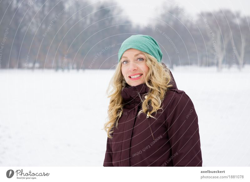 blonde Frau in Schneelandschaft Lifestyle Freude Freizeit & Hobby Ferien & Urlaub & Reisen Winter Winterurlaub Mensch feminin Junge Frau Jugendliche Erwachsene