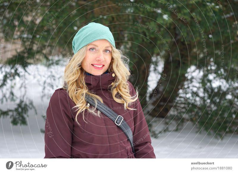blonde Frau in Winterlandschaft Lifestyle Stil Freizeit & Hobby Schnee Mensch feminin Erwachsene 1 30-45 Jahre Natur Landschaft Baum Park Mode Jacke Mütze