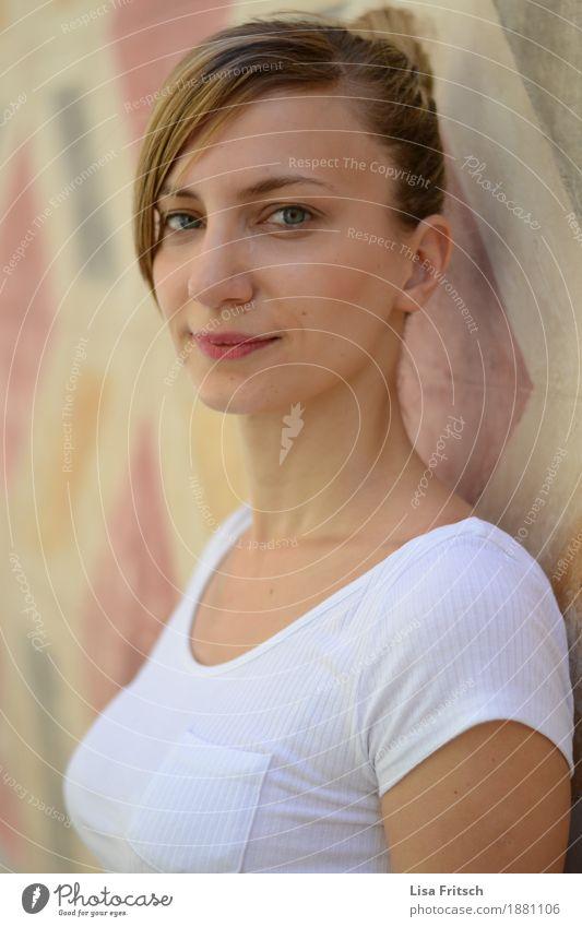 Eni² Lifestyle schön Gesundheit feminin Junge Frau Jugendliche Gesicht 18-30 Jahre Erwachsene Mode T-Shirt Pony Zopf beobachten entdecken Lächeln