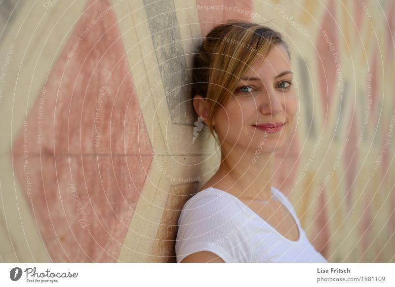 na Lifestyle Stil schön Körperpflege Gesicht feminin Junge Frau Jugendliche 18-30 Jahre Erwachsene Mode T-Shirt blond Pony Zopf genießen Lächeln Blick