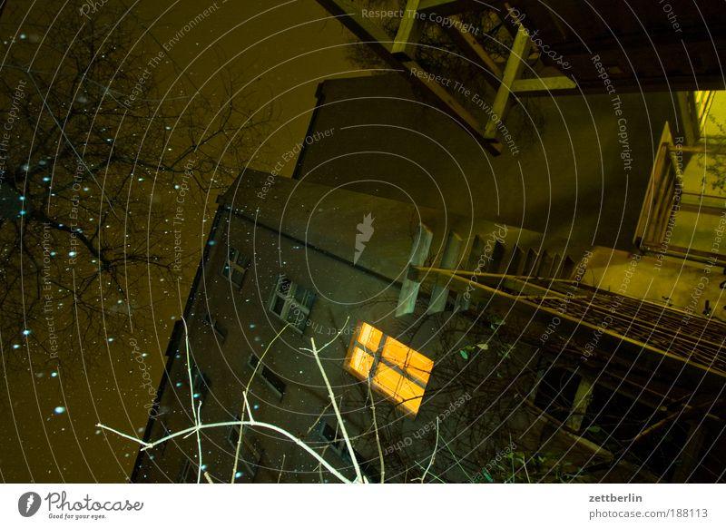 Hinterhof mit Schneefall Dezember Haus Gebäude Schneeflocke Winter kalt Nacht dunkel Fenster Licht Wärme erleuchten Wohnung Häusliches Leben Diskretion