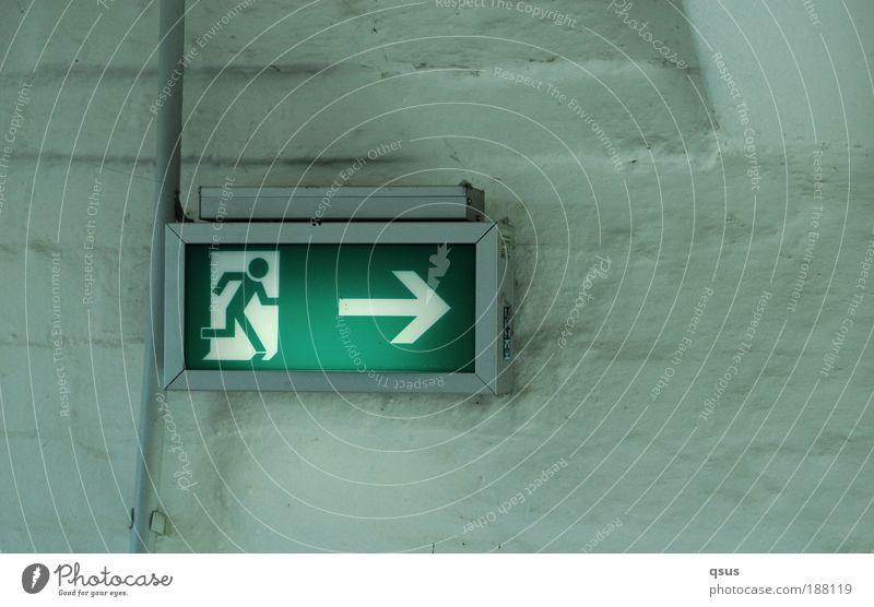 Fluchtweg Kabel Zeichen Schilder & Markierungen laufen leuchten grün Rettung Pfeil rechts rennen Notausgang Ausgang Gedeckte Farben Innenaufnahme Notbeleuchtung