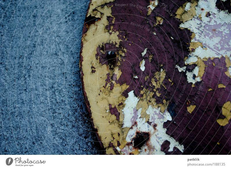 ...(... blau alt weiß Einsamkeit schwarz gelb Stein Metall Zeit braun dreckig Schilder & Markierungen Beton Industrie rund Vergänglichkeit