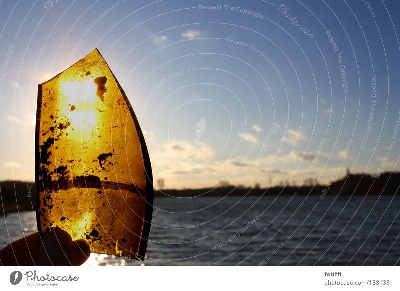Glasböötchen blau Wasser Sonne Winter Freude Wolken Glück See Wasserfahrzeug orange Wellen gold Finger Fröhlichkeit leuchten