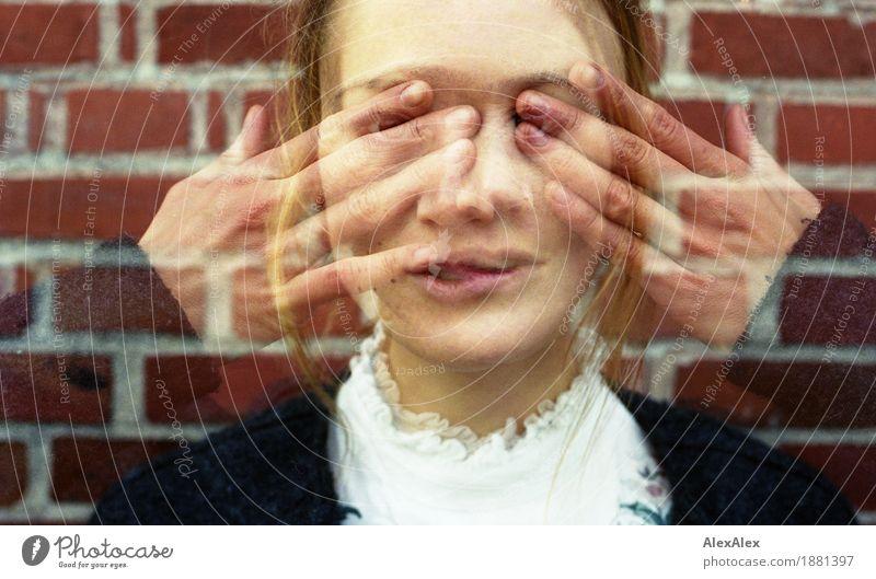 durchsichtig Jugendliche schön Junge Frau Hand 18-30 Jahre Gesicht Erwachsene Traurigkeit feminin Stil Mauer außergewöhnlich Stein retro Kommunizieren ästhetisch