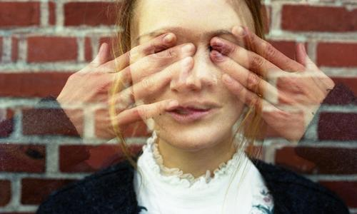 durchsichtig Stil schön Gesicht Junge Frau Jugendliche Hand 18-30 Jahre Erwachsene Schönes Wetter Backstein Mauer Hemd Jacke brünett langhaarig Stein