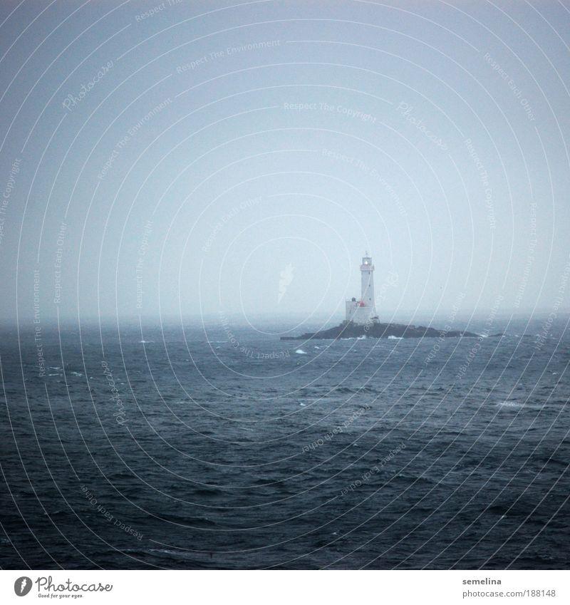 Lichterscheinung Wasser Meer blau Einsamkeit dunkel kalt Wellen Wetter Horizont Hoffnung Insel leuchten Schifffahrt Leuchtturm Menschenleer Warnhinweis