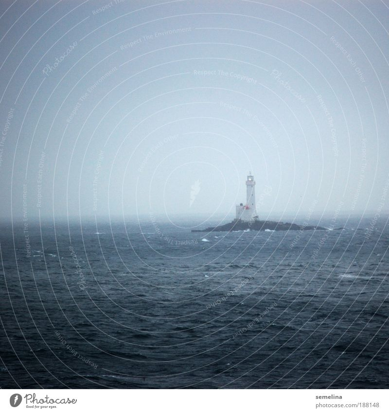 Lichterscheinung Wasser Wetter Wellen Meer leuchten dunkel blau Hoffnung Horizont kalt Warnhinweis Schifffahrt trüb Einsamkeit Ausblick Leuchtturm Insel