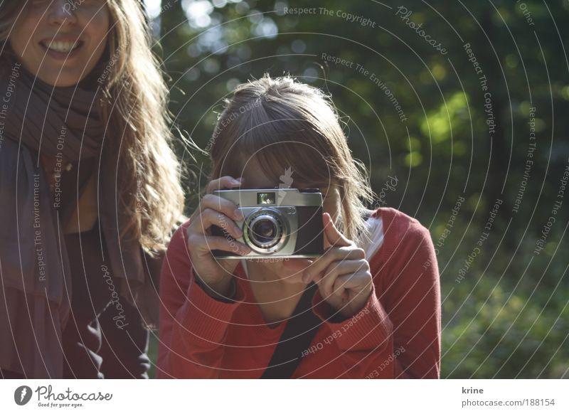 FotoFoto Fotokamera Mensch feminin Junge Frau Jugendliche Freundschaft 2 18-30 Jahre Erwachsene Schönes Wetter Baum Lächeln frech Freundlichkeit Fröhlichkeit