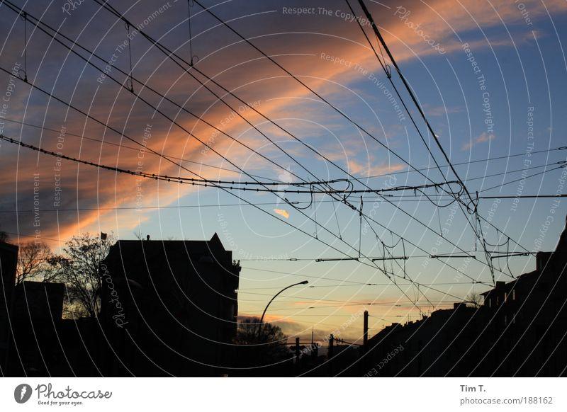 der geteilte Himmel Umwelt Natur Luft Wolken Winter Wetter Schönes Wetter schlechtes Wetter Unwetter Gewitter Stadt Hauptstadt Skyline Haus Gebäude Dach