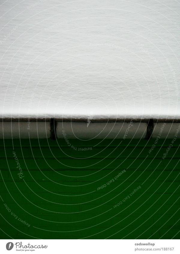 wintergreen Winter Schnee Dorf Mauer Wand Dach Dachrinne Backstein grau grün weiß ruhig kalt Farbfoto Außenaufnahme Tag