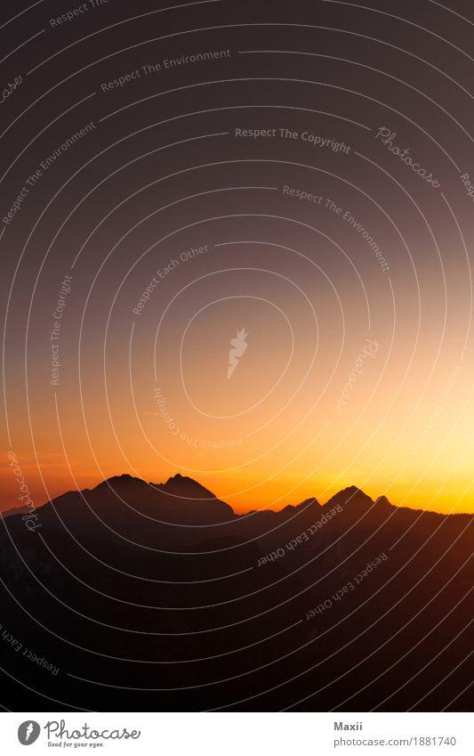 Bergsilhouette im Sonnenuntergang Umwelt Landschaft Urelemente Himmel Wolkenloser Himmel Sonnenaufgang Sonnenlicht Frühling Schönes Wetter Alpen