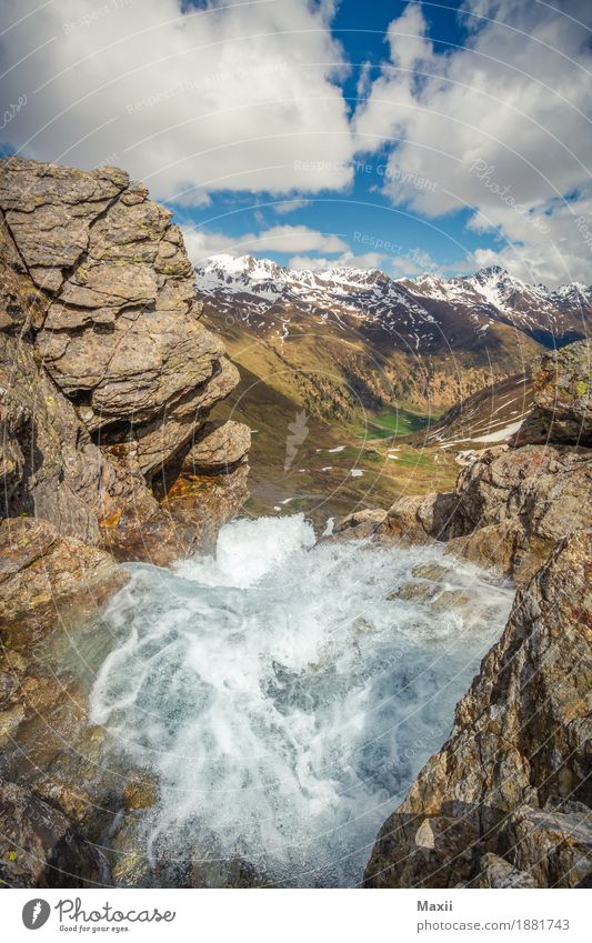 Wasserfall in den Bergen Umwelt Natur Landschaft Urelemente Himmel Wolken Schönes Wetter Berge u. Gebirge Gipfel Schneebedeckte Gipfel Fluss Stimmung Farbfoto