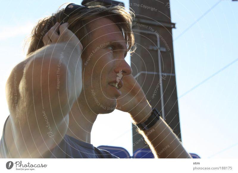 Mann setzt Sonnenbrille ab Lifestyle schön Ferien & Urlaub & Reisen Ausflug Expedition Sportler Muskulatur muskulös maskulin Junger Mann Jugendliche Erwachsene
