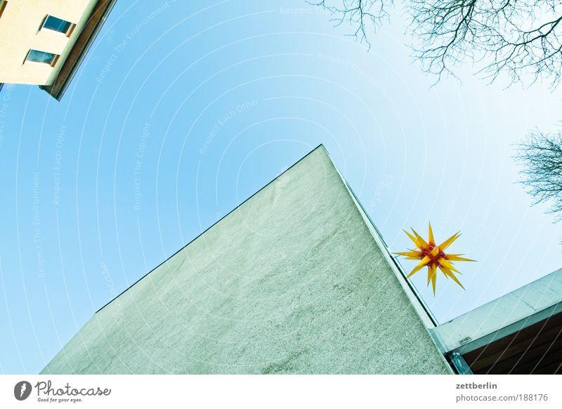 Weihnachtsstern Himmel blau Haus Wand Fenster Mauer Lampe Religion & Glaube Beleuchtung Fassade Stern Stern (Symbol) Kirche Schmuck Schönes Wetter