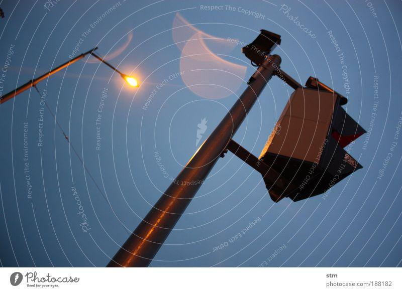 roadmovie 23 blau ruhig Straße kalt Verkehr Coolness Spaziergang beobachten Sehnsucht Müdigkeit Verkehrswege Straßenbeleuchtung ausdruckslos Fernweh Ampel Fußgänger