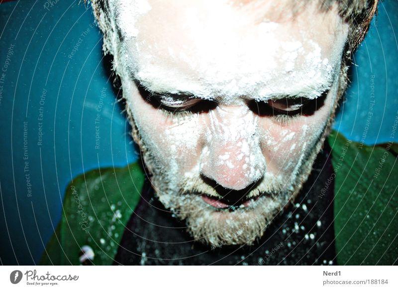 Bestauben grün blau weiß Staub Pulver Blitzlichtaufnahme Porträt Farbe Tiefenschärfe Gesichtsausdruck Missgeschick staubig ernst Junger Mann Gesichtsausschnitt