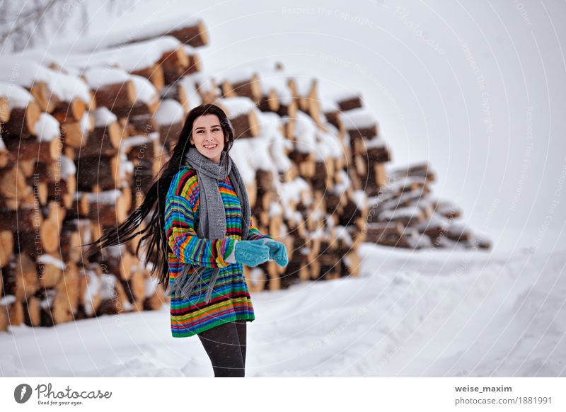 Schöne junge Frau, die draußen in Winter geht. Holz-Protokollierung Mensch Natur Jugendliche schön Junge Frau weiß Baum Wolken Mädchen 18-30 Jahre Erwachsene